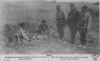 Carte postale représentant des tirailleurs marocains soignant un blessé allemand près de Villeroy en 1914.