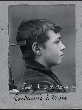 Photographie de profil d'un enfant condamné à 20 ans de réclusion