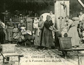 Carte postale représentant des femmes à un lavoir