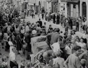 Foule dans les rues de Nemours lors de la Libération