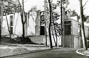 Façade du musée de Préhistoire, 1982.