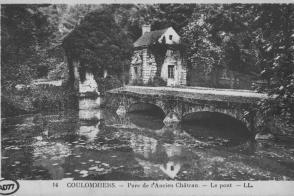 Le parc des Capucins et les pavillons de garde de l'ancien château. Carte postale de Coulommiers, XXe siècle.