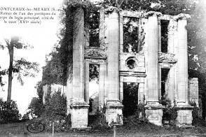 Ruines d'un des corps de logis principal du château.