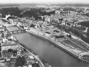 Carte postale représentant une vue aérienne de la prison centrale de Melun.