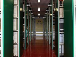 Documents dans les rayonnages d'un magasin d'Archives