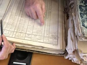 Main cherchant dans un registre