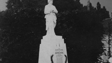 Vue du monument aux morts d'Arbonne-la-Forêt