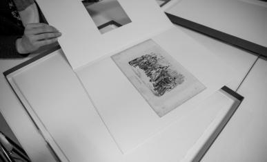 Consultation d'un dessin de Napoléon sortie de sa boîte de conservation