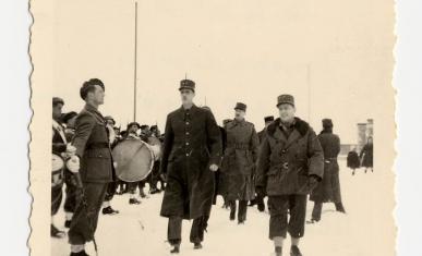 Le général De Gaulle et le général Billotte passent la 10e DI en revue à Nemours.