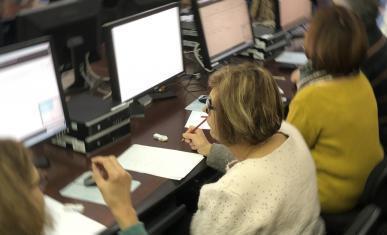 Lecteurs consultant des archives sur des ordinateurs