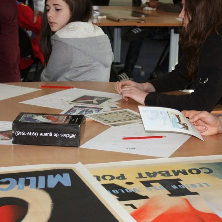 Elèves étudiant des affiches