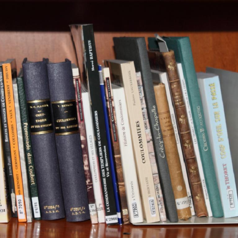 Ouvrages sur l'histoire locale dans la bibliothèque des Archives départementales