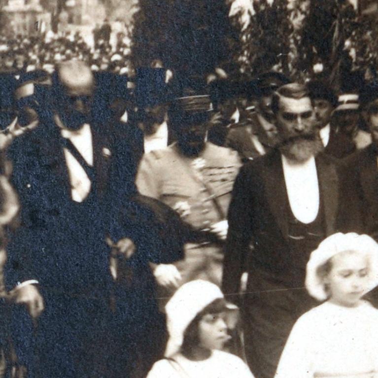 Détail d'une photographie d'une cérémonie