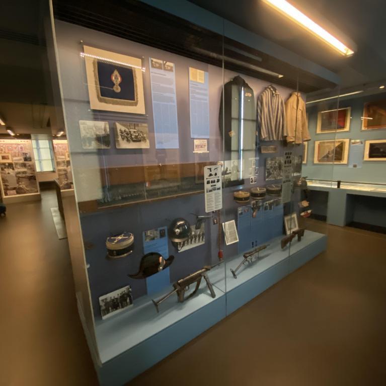 Vitrine du musée de la gendarmerie nationale