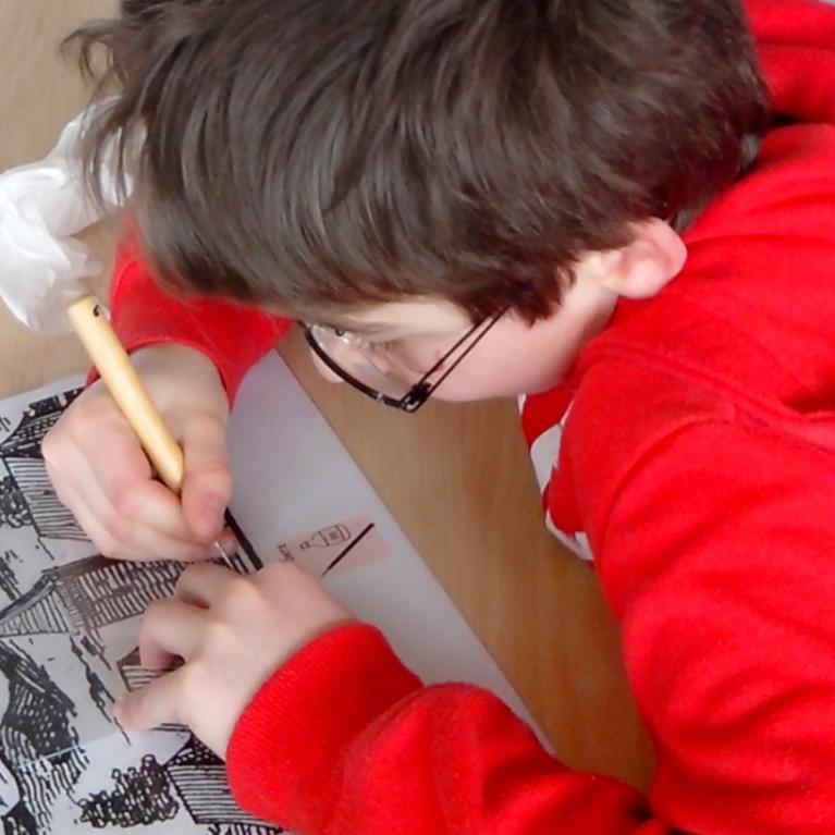 Elève réalisant une gravure au cours d'un atelier
