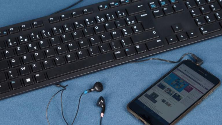 Smartphone, écouteurs et clavier