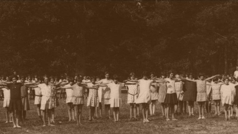 Photographie de jeunes filles faisant de l'exercice