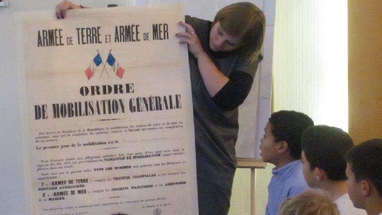 Enfants observant une affiche