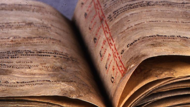 Vue d'un manuscrit médiéval ouvert